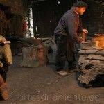 Maestro herrero trabajando la forja tradicional en mazo de mazonovo, los oscos, Asturias