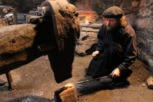 MAestro herrero trabajando en el mazo de mazonovo en santa eulalia de oscos