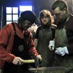alumnos aprendiendo a forjarel hierro