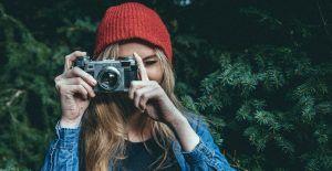 mujer haciendo fotografía en la naturaleza