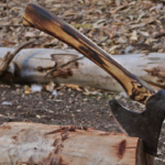 Hacha forjada a mano para anunciar curso de forja de hachas